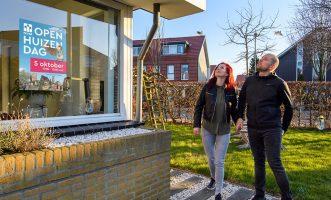 Koppel bezichtigt huis nvm open huizen dag